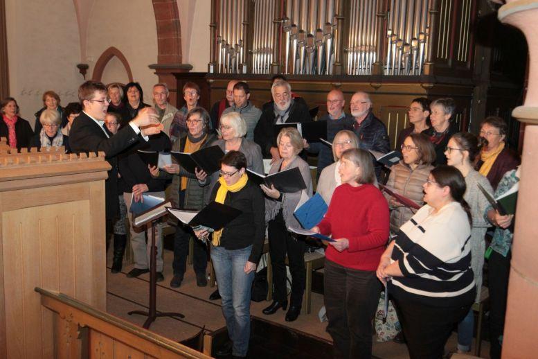 Chor vor einer imposanten Orgel