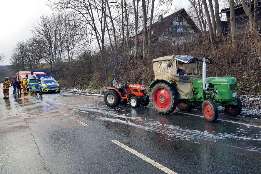 Feuerwehr, Polizei und 2 Traktoren auf der eisglatten Bundesstra0e