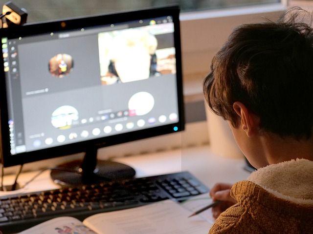 Kind (Junge) am PC beim Homeschooling