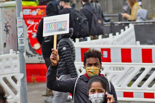 Schwarze demonstrieren gegen Rassismus