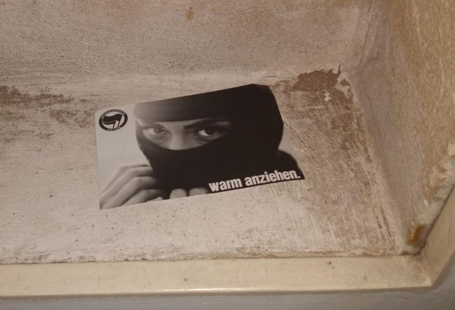 bedrohlich wirkender Flyer in einem Briefkasten