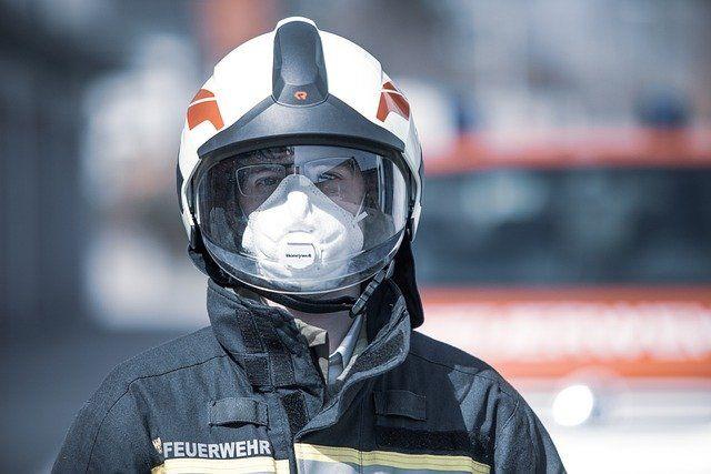 Feuerwehrmann mit Helm und Maske