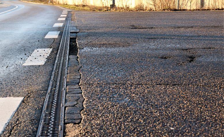 defekter Straßenbelag
