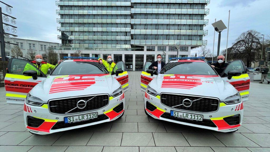 2 neue Fahrzeuge und die Offiziellen mit auf dem Foto