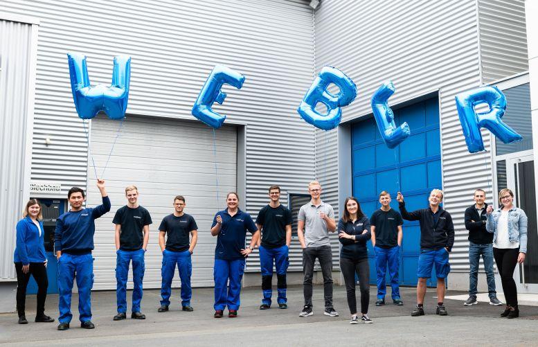 "12 Jugendliche mit Buchstabenballons ""W E B E R"