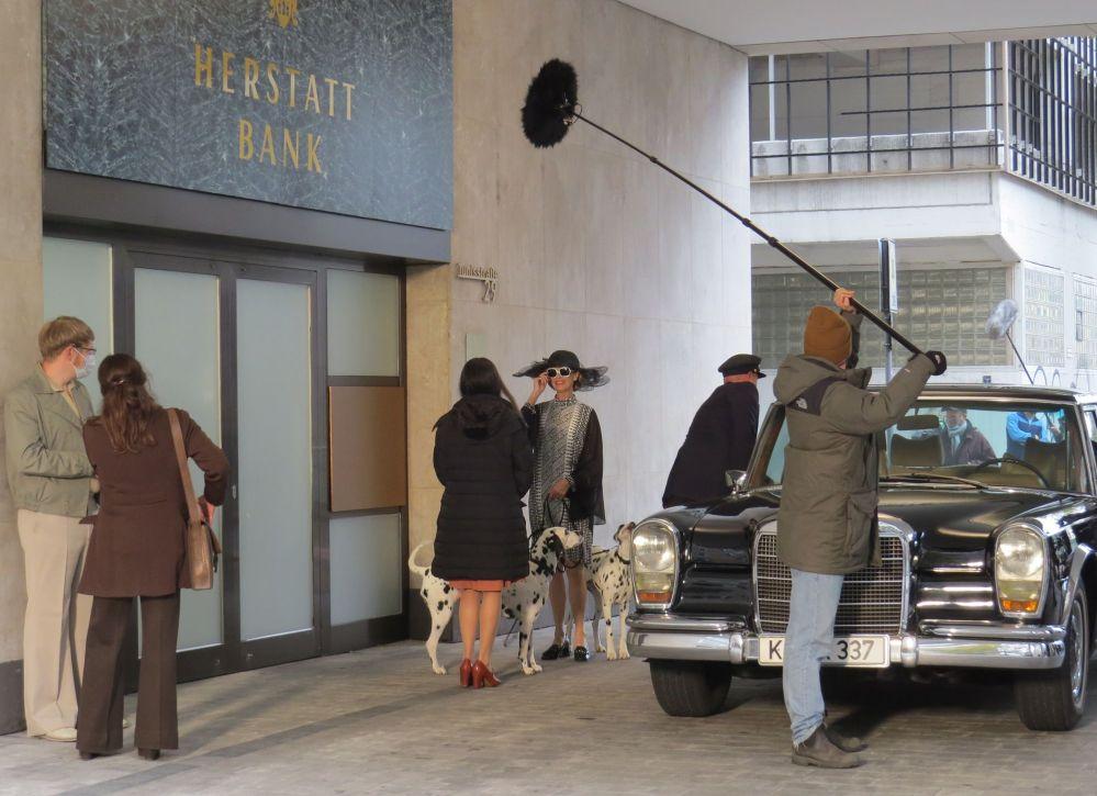 Irene Gerling (Leslie Malton) Ehefrau des Bank-Chefs, steigt mit den beiden Dalmatinern aus dem 600er Mercedes aus.