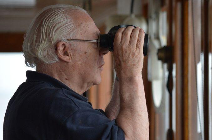 Mann beobachtet etwas durchs Fernglas