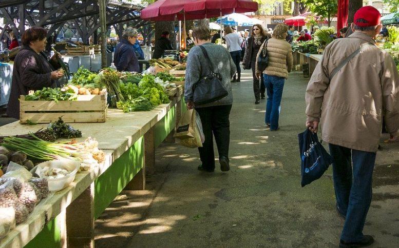 Marktstände und Marktbesucher
