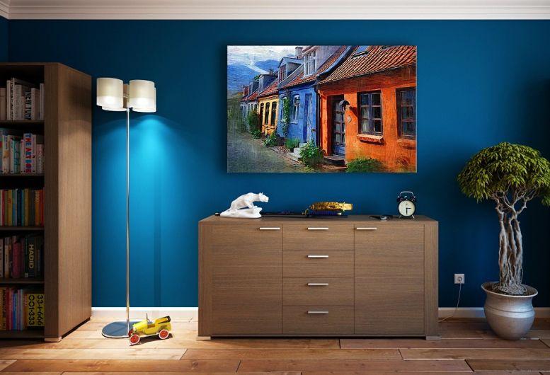 Zimmer mit blauer Tapete und Lampe und Blume und Gemälde