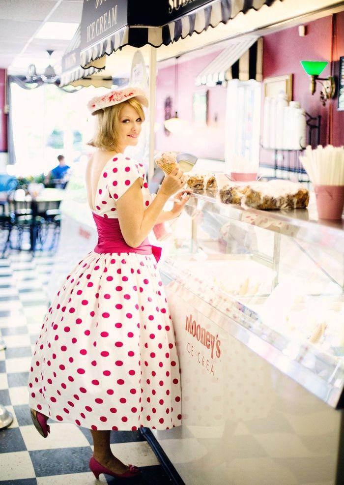 Frau mit Pünktchenkleid an der Theke der Eisdiele