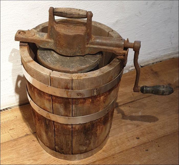 Holzgefäß mit Deckel und Kurbel... ein historischer Speiseeis-Bereiter