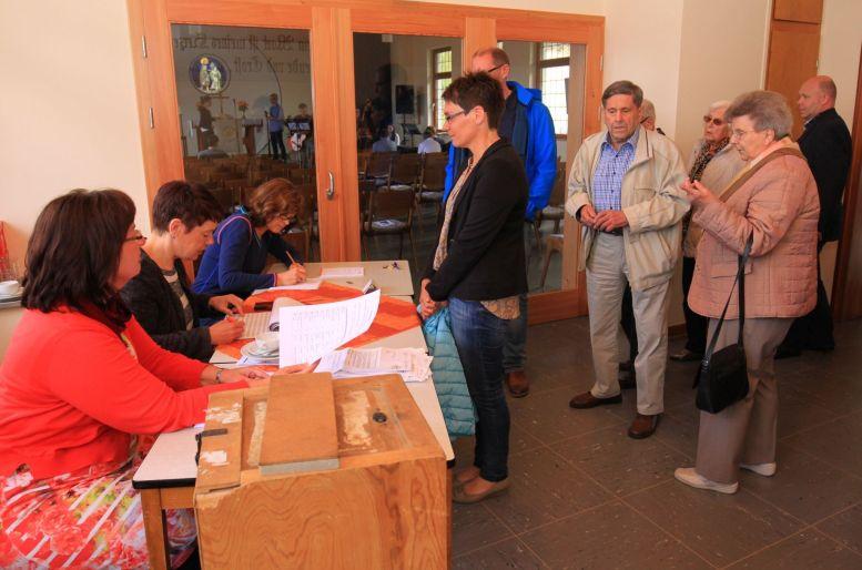 Daten werden erfasst und Stimmzettel ausgegeben