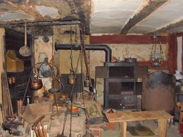 historische Küche mit Holzofen und alten Utensilien