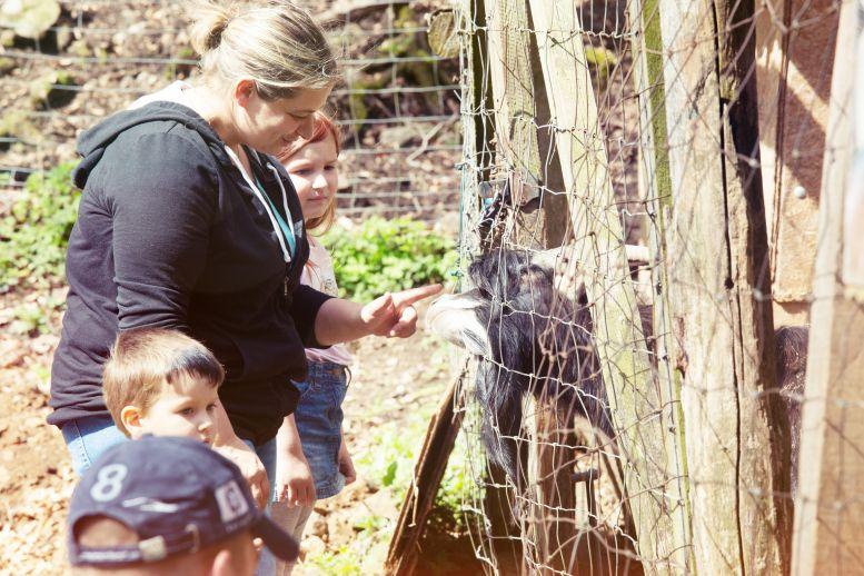 Frau und 2 Kinder am Ziegengehege