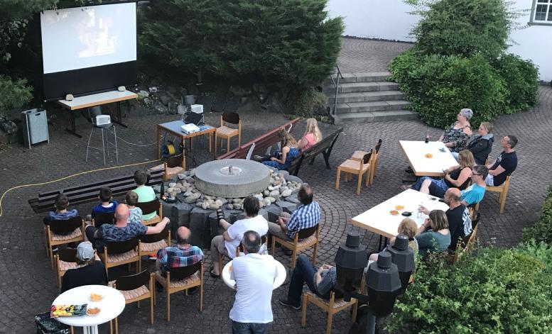 Leute beim Open Air Kino