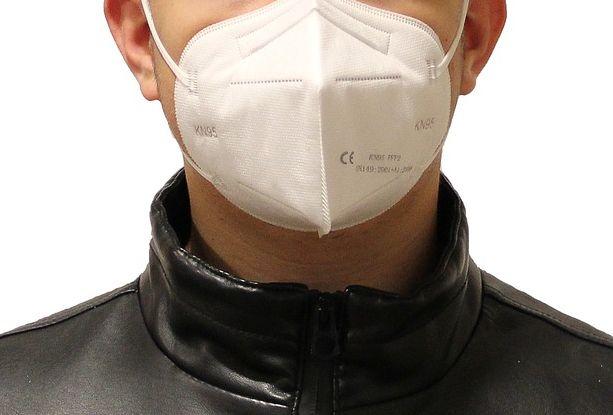 Täter mit Mund-Nase-Maske und schwarzer Jacke
