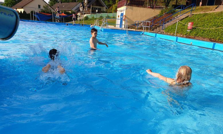 schwimmende Kinder im Freibad