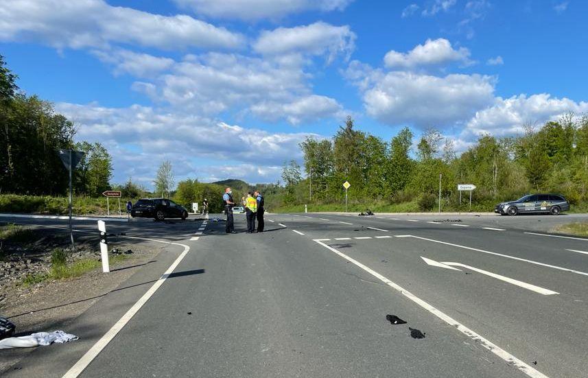 Bundesstraße. 3 Polizisten. 1 Unfallwagen.