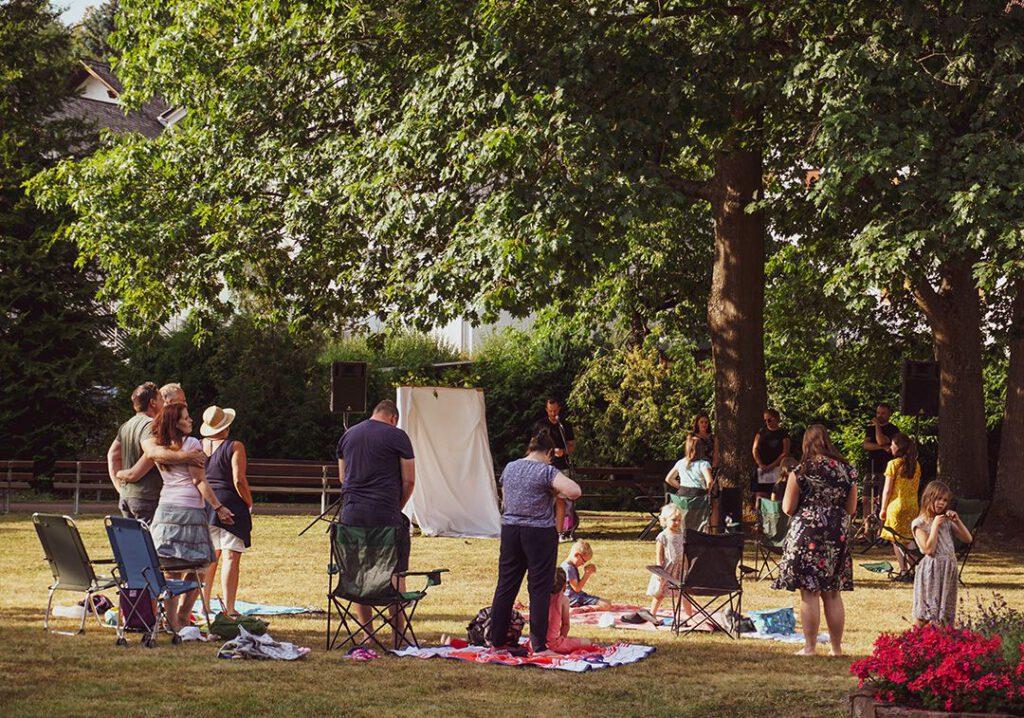 Gottesdienst unter freiem Himmel im Park
