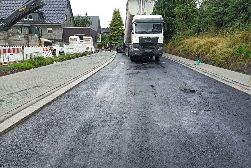 Eine Straße wird neu geteert