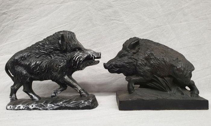 2 Wildschweine aus Metall.