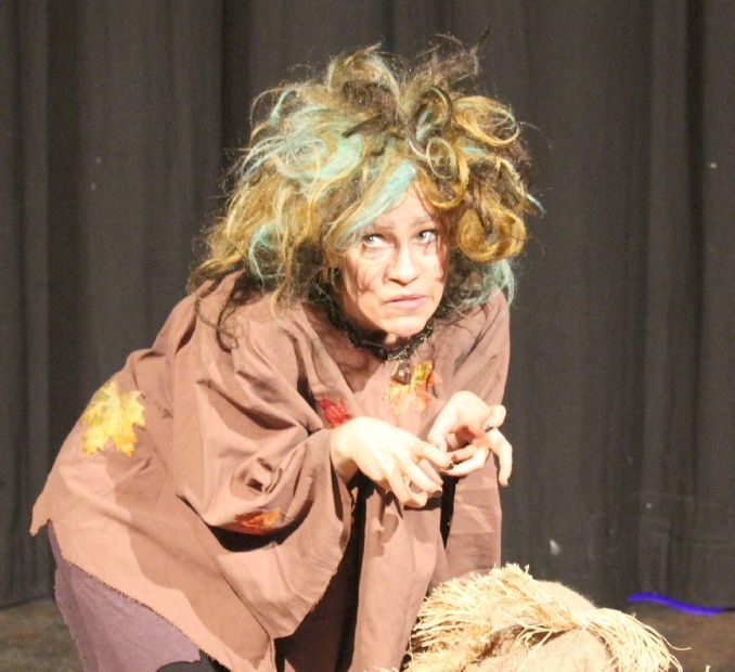 Schauspielerin als Rumpelstilzchen mit einem Batzen Stroh.