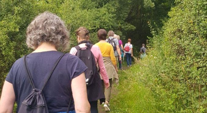 Frauen (von hinten) wandern