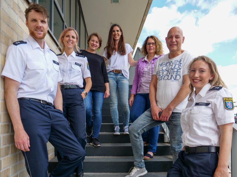 7 Mitarbeiter der Polizei beim Gruppenfoto auf einer Treppe
