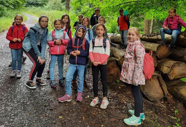 Gruppe wandernder Kinder mit Rucksäcken.