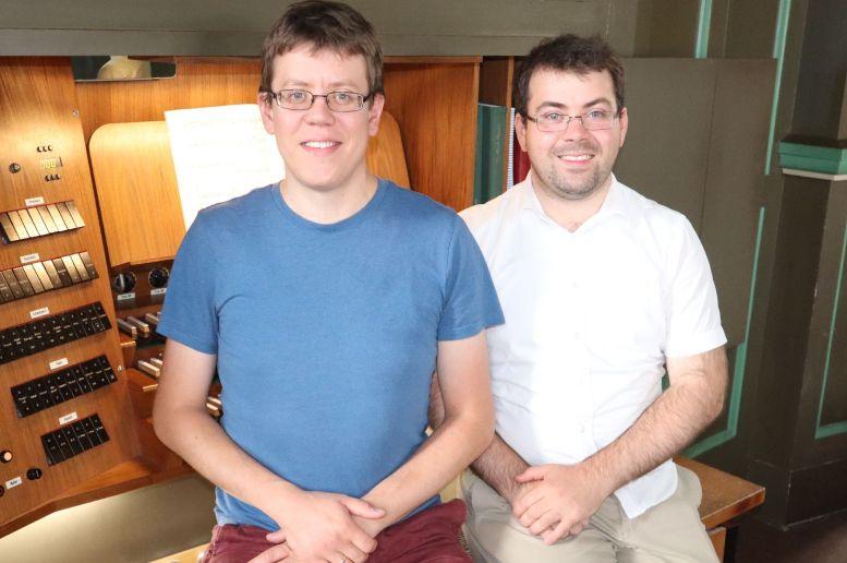 2 Typen auf dem Orgelbänkchen