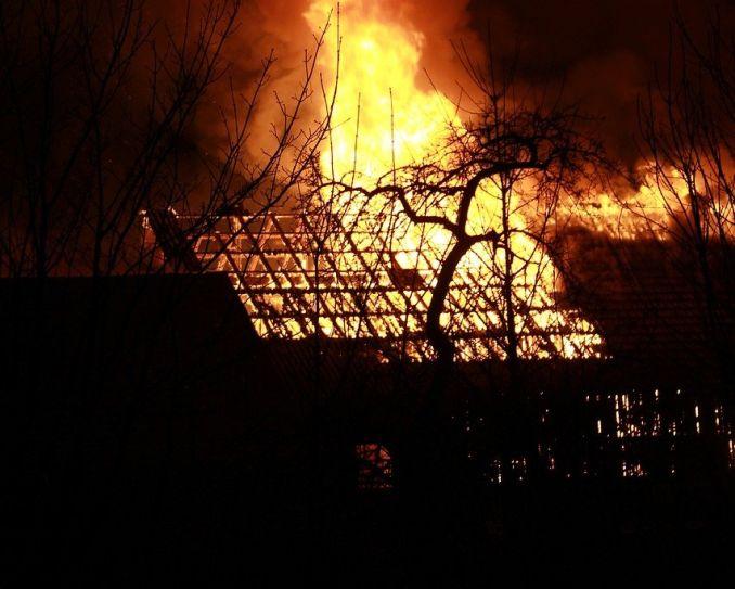 Brennendes Haus in der Nacht. Hohe Flammen.