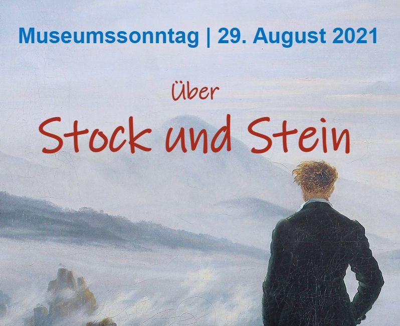 Mann steht vor einem Gebirge. Text-info über den Museumssonntag