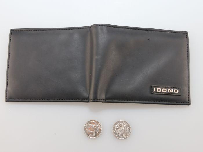 Geldbörse und zwei Münzen
