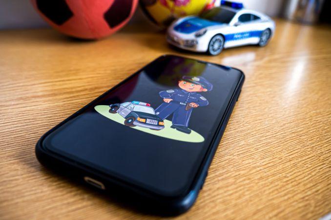 Smartphone mit Kindermotiv abs Beispielfoto