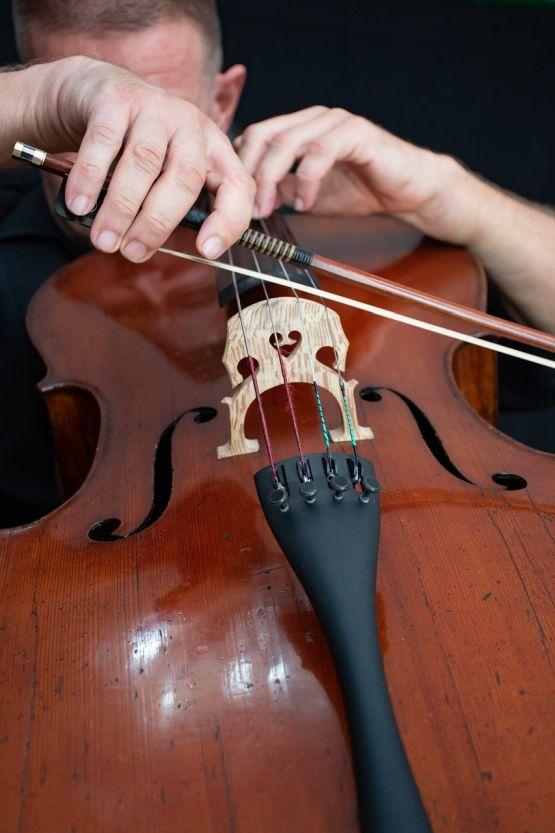 Violoncello und ein großteils verdeckter Musiker