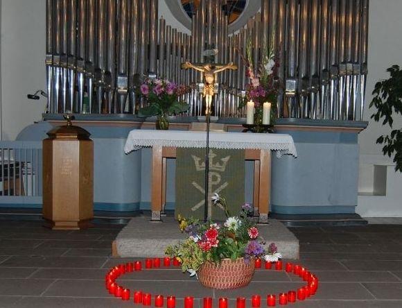 Kirchen-Innenraum mit Lichterkranz