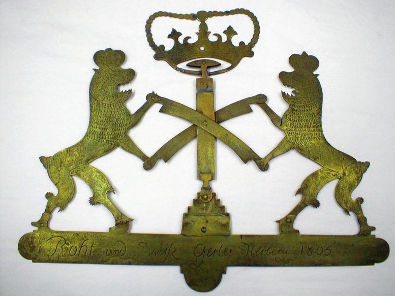 Ein altes Herbergsschild aus Messing mit zwei Löwen