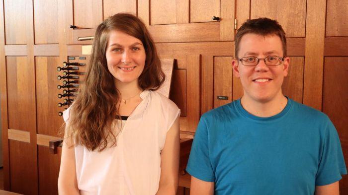 Frau und Mann stehend vor einer Orgel