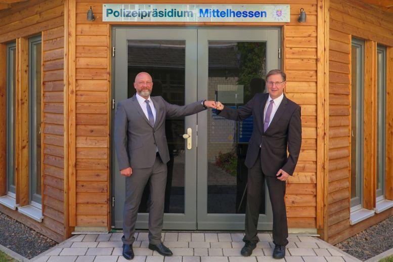 2 Polizisten vor dem Präsidium