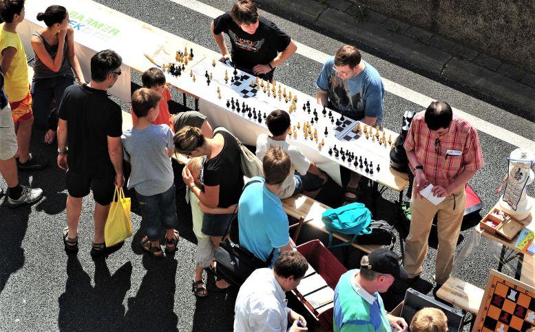 Schachspieler an langem Tisch