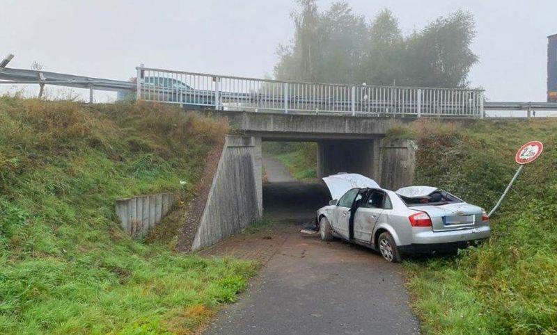 Kaputtes Auto am Brückenpfeiler