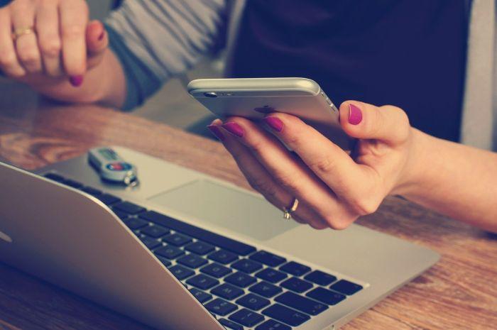 Frauenhände, PC und Smartphone