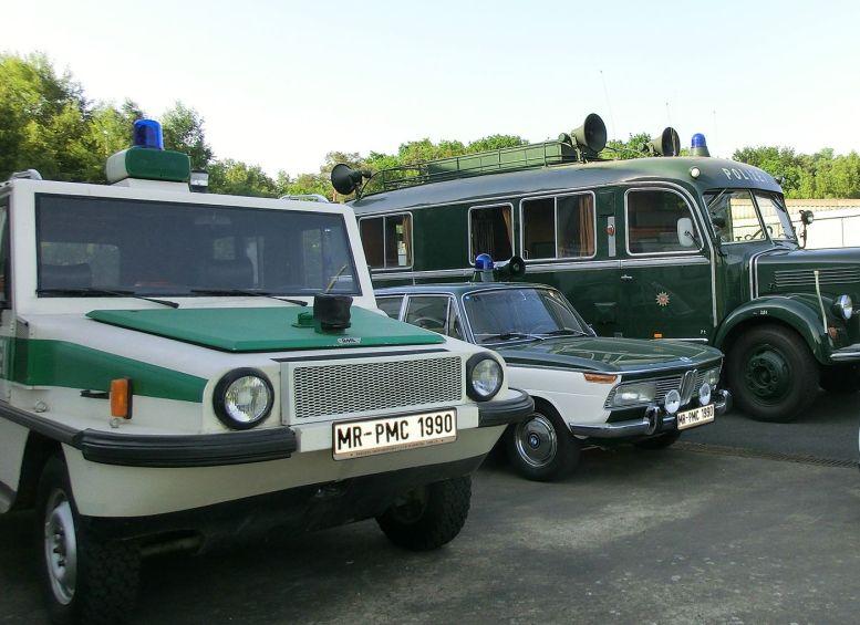 mehrere historische Polizeifahrzeuge in Grün-Weiß